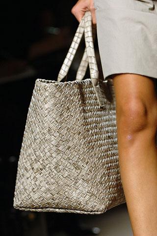 Особенно элегантный вариант - белая сумка с золотыми деталями...