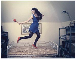 Девушка прыгает на девушке фото 506-770