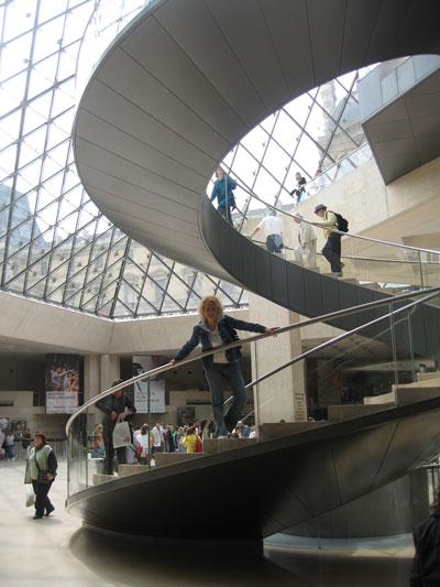 На-лестнице-в-Лувре (400x533, 48Kb)