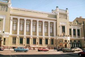 ...его труппы входило такое громадное количество звезд: Инна Чурикова, Леонид Броневой, Армен Джигарханян, Николай.