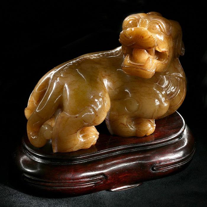 """Фигура """"Сечжи - сын дракона"""".Синьцзянский белый нефрит со смолистыми прожилками.  Китай, Начало Династии Цин (1644-1911)"""