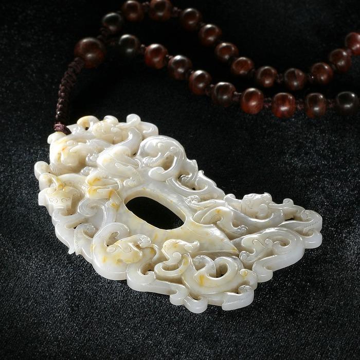 """Амулет в форме """"петушиного сердца"""" с семью драконами.  Хэтяньский белый нефрит.  Китай, Династия Цин (1644-1911)"""