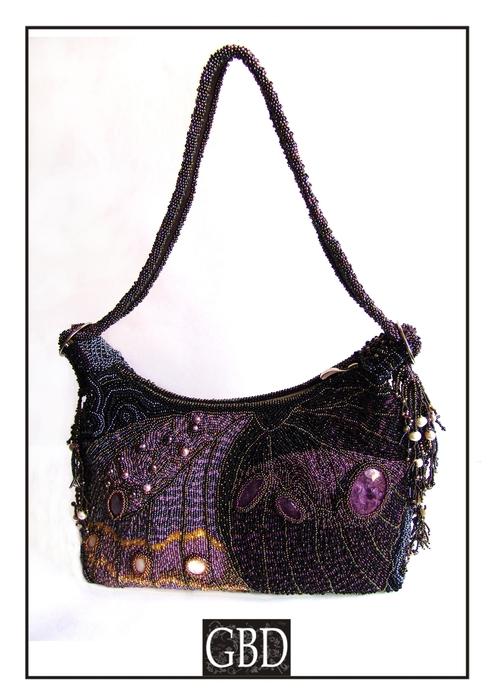 По обеим бокам сумки на ремешке сделаны как бы усики бабочки - своеобразное украшение по бокам