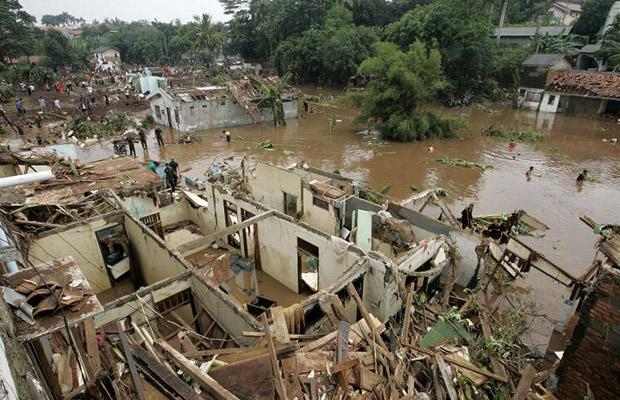 Взрыв плотины в пригороде Джокарты