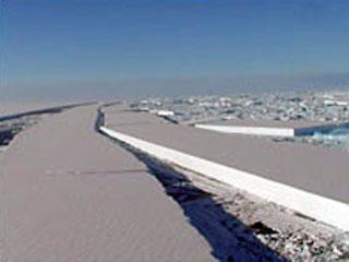 Ледяной мост, соединяющий шельфовый ледник размером с Ямайку с островом в Антарктике, раскололся