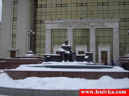Памятник Шувалову около здания Библиотеки МГУ