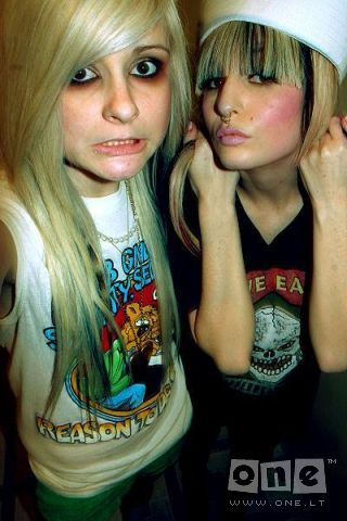 1199057349_12696157_15_emo_girls_33860 (320x480, 33Kb)