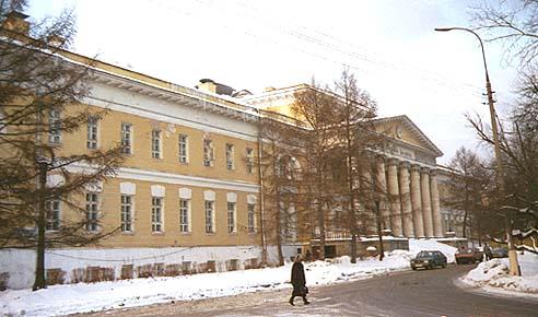Бове еще больше, чем Казаков в соседней Голицынской больнице, открыл здание к улице.  Он сократил глубину парадного...