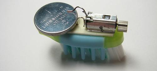 Из головки зубной щетки, вибромоторчика мобильного телефона и батарейки для часов можно сделать миниатюрного...