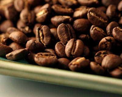 Кофе, содержащий кофеин, и напиток без кофеина показали примерно...