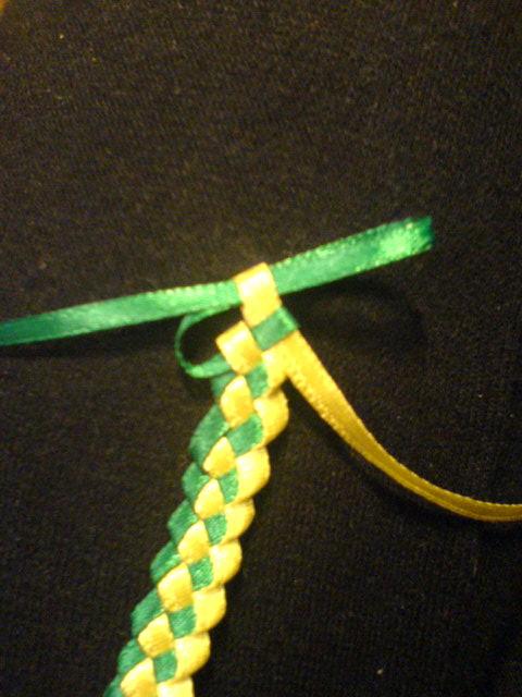 4 апр 2013 Теперь у меня есть хобби :)))История фенечки! можно сделать из бисера, ниток мулине,шнурков,ленточек,ниток...