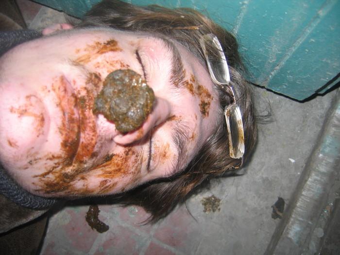 девушка измазана говном