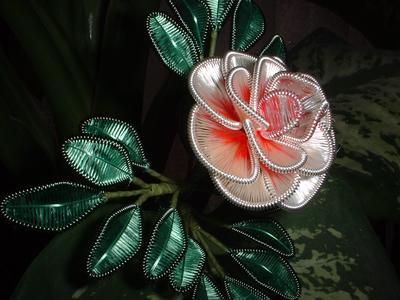 В Ганутели используется тонкая спиральная проволока и шёлковые нитки, а также бусинки, жемчуг или бисер.