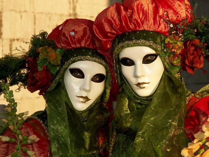 Увидев некоторые маски Венецианского карнавала, не удержался и скопировал.