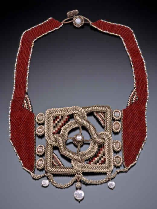 создает украшения из бисера, вдохновляясь византийским искусством, византийскими мозаиками и образами.