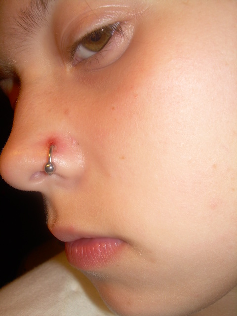 как снять пирсинг с носа гвоздиком