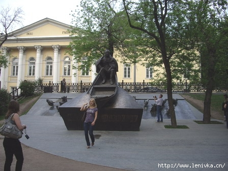 Памятник Шолохову на Гоголевском бульваре