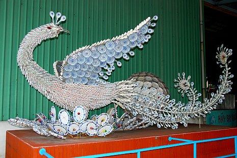 Как сделать дракона из пластиковых ложек