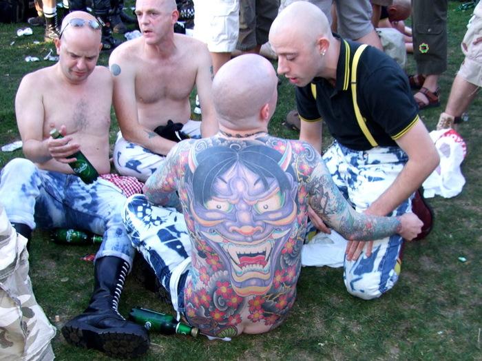 На фото: Гей-скинхеды на гей-параде в Брайтоне в 2007 году.