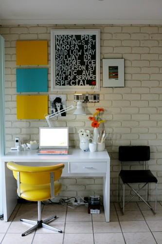 Сделать свою собственную стену можно при помощи имитирующих подобную кладку...  Настольные лампы - лучший помощник и...