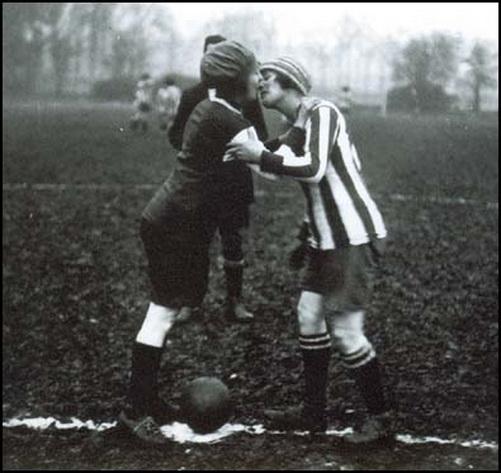 igrayut-v-futbol-golie-parni