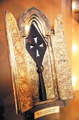 Этот невзрачный на вид кусок потемневшего от времени железа - величайшая святыня армян