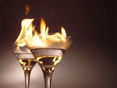 Недаром на курсах барменов учат готовить коктейли с поджогом легко...