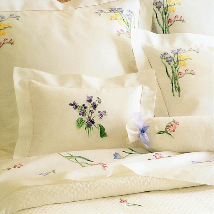 Белье постельное с вышивкой и кружевом