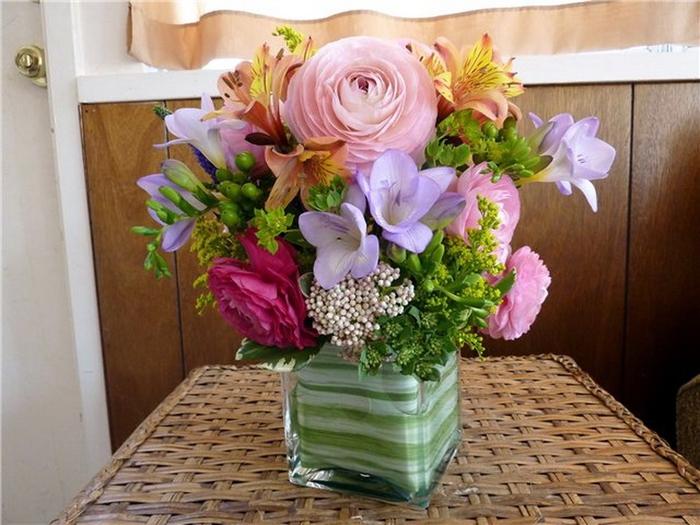 Шикарная корзина цветов, сочетающих в себе нежность и страсть, робость и смелость