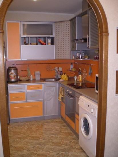 Модная кухня со стиральной машинкой под столешницей.