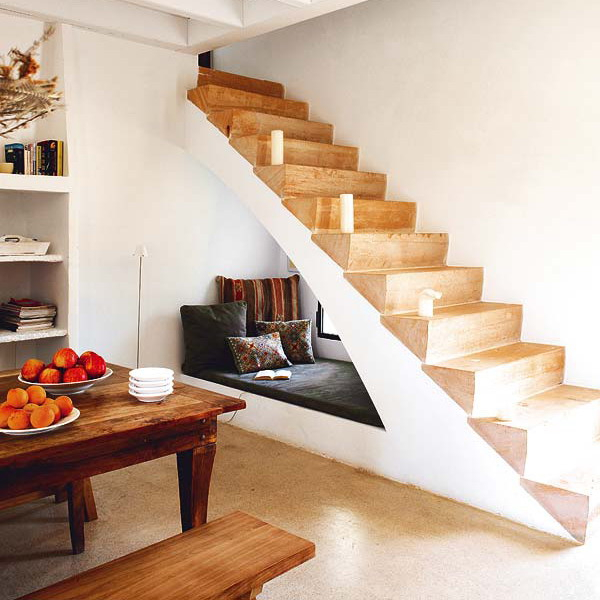 Заполнение пространства под лестницей фото идеи