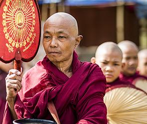 Буддийские монахи помогли россиянки (295x249, 42Kb)