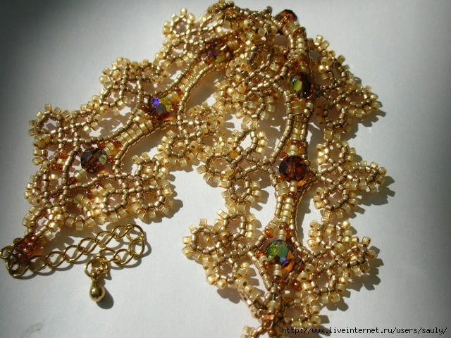 Можно сделать своими руками модные и красивые браслеты из бисера.  Существует множество различных техник...