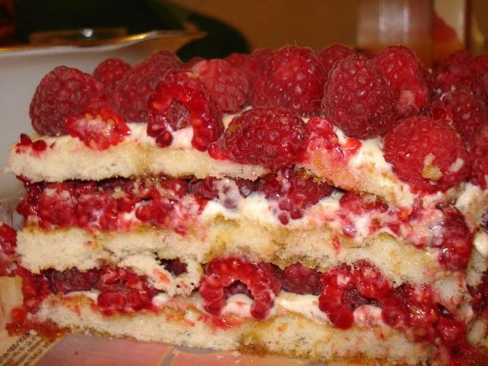 Бисквитный торт с малиной (3) (700x525, 281Kb)