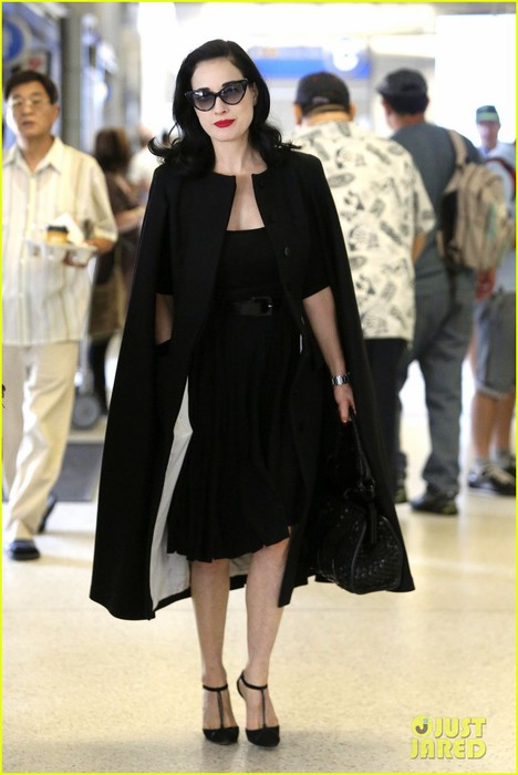 dita-von-teese-wears-cape-for-flight-to-buenos-aires-01 (468x700, 66Kb)