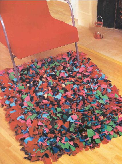 Лоскутный коврик пригодиться и в современной квартире и на даче.  Его можно сделать и из косичек, и из треугольников...