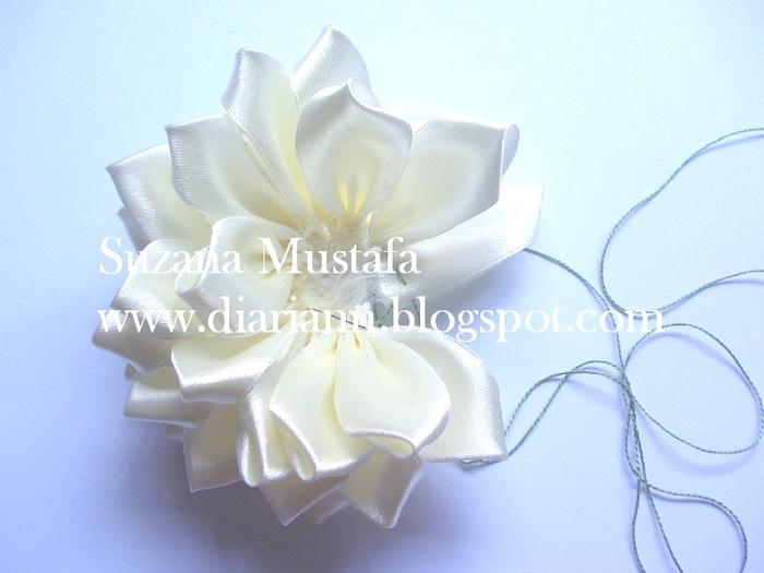 Цветы из шелковых лент от Suzana Mustafa. Идеи и мастер-класс (5) (700x525, 231Kb)