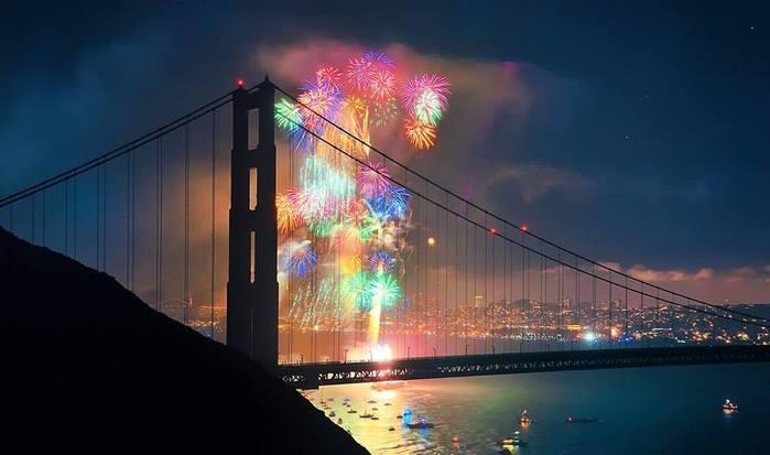 Мост Золотые Ворота на фоне фейерверка, Сан-Франциско, Штат Калифорния, США (700x413, 31Kb)