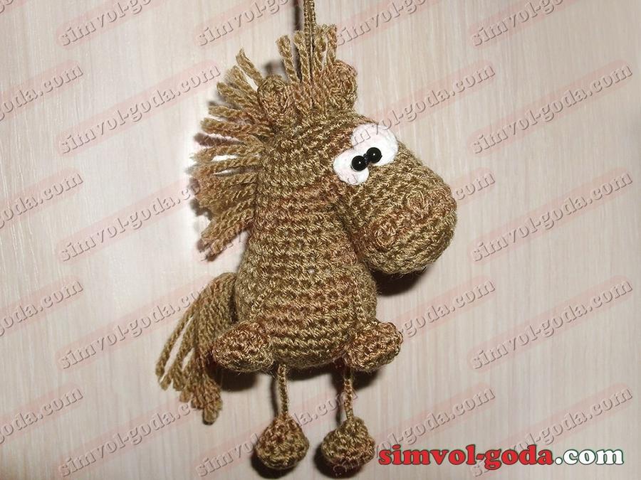 Лошади выполненные из ниток в