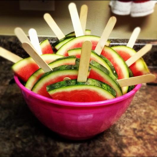 Как нарезать арбуз на стол своими руками 9
