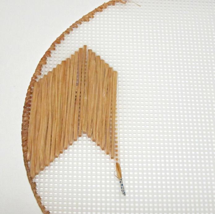 Декоративная салфетка из пластиковой канвы. Замечательно! (1) (695x691, 824Kb)