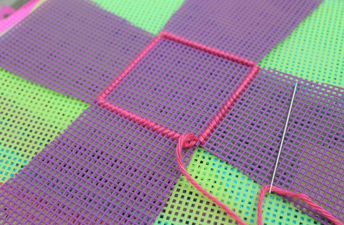 Декоративная салфетка из пластиковой канвы. Замечательно! (7) (691x452, 797Kb)