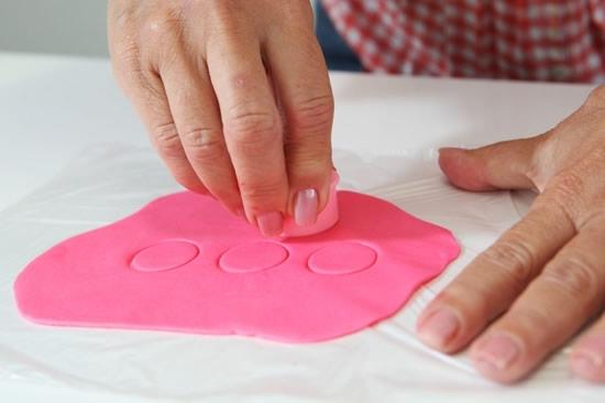 Розочки из мастики для украшения кексов. Очень легкий способ (3) (550x366, 79Kb)