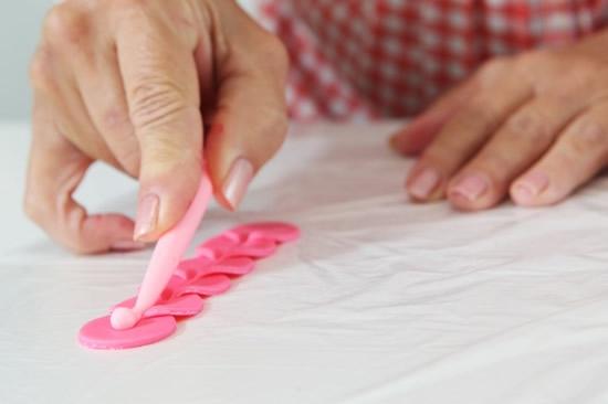 Розочки из мастики для украшения кексов. Очень легкий способ (5) (550x366, 71Kb)