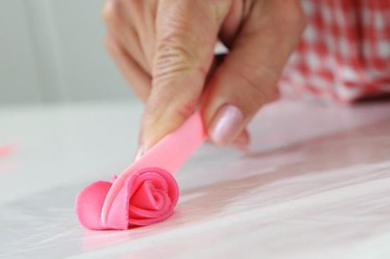 Розочки из мастики для украшения кексов. Очень легкий способ (7) (550x366, 63Kb)