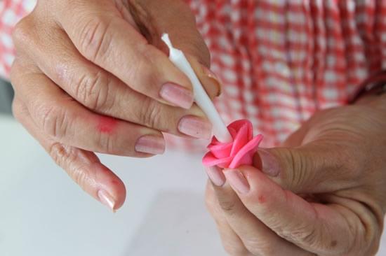 Розочки из мастики для украшения кексов. Очень легкий способ (9) (550x366, 88Kb)