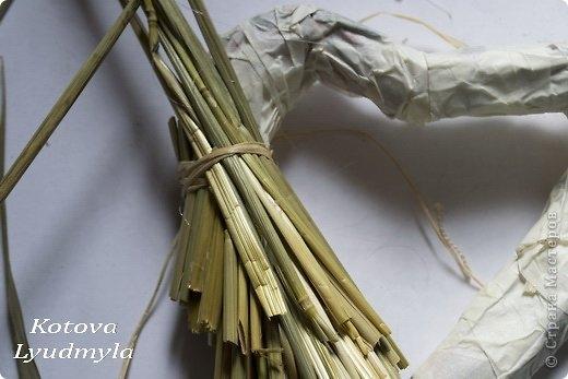 Как сделать стильный венок из соломы для украшения интерьера. Мастер-класс (6) (520x347, 95Kb)