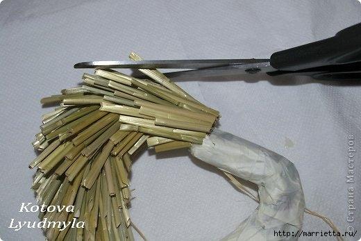 Как сделать стильный венок из соломы для украшения интерьера. Мастер-класс (14) (520x347, 99Kb)