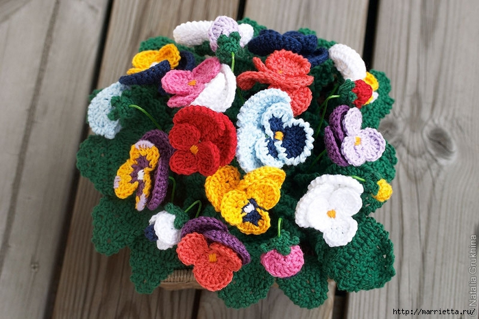 Чтобы связать цветы крючком,