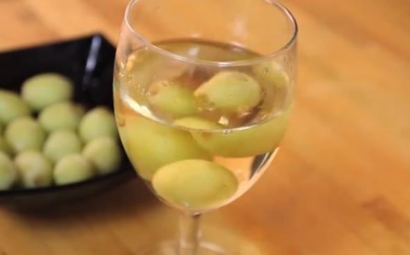 dlya-togo-chtoby-beloe-vino-ostavalos-holodnym-zamorozte-vinogradiny-i-ispolzuyte-ih-vmesto-kubikov-lda (590x368, 226Kb)